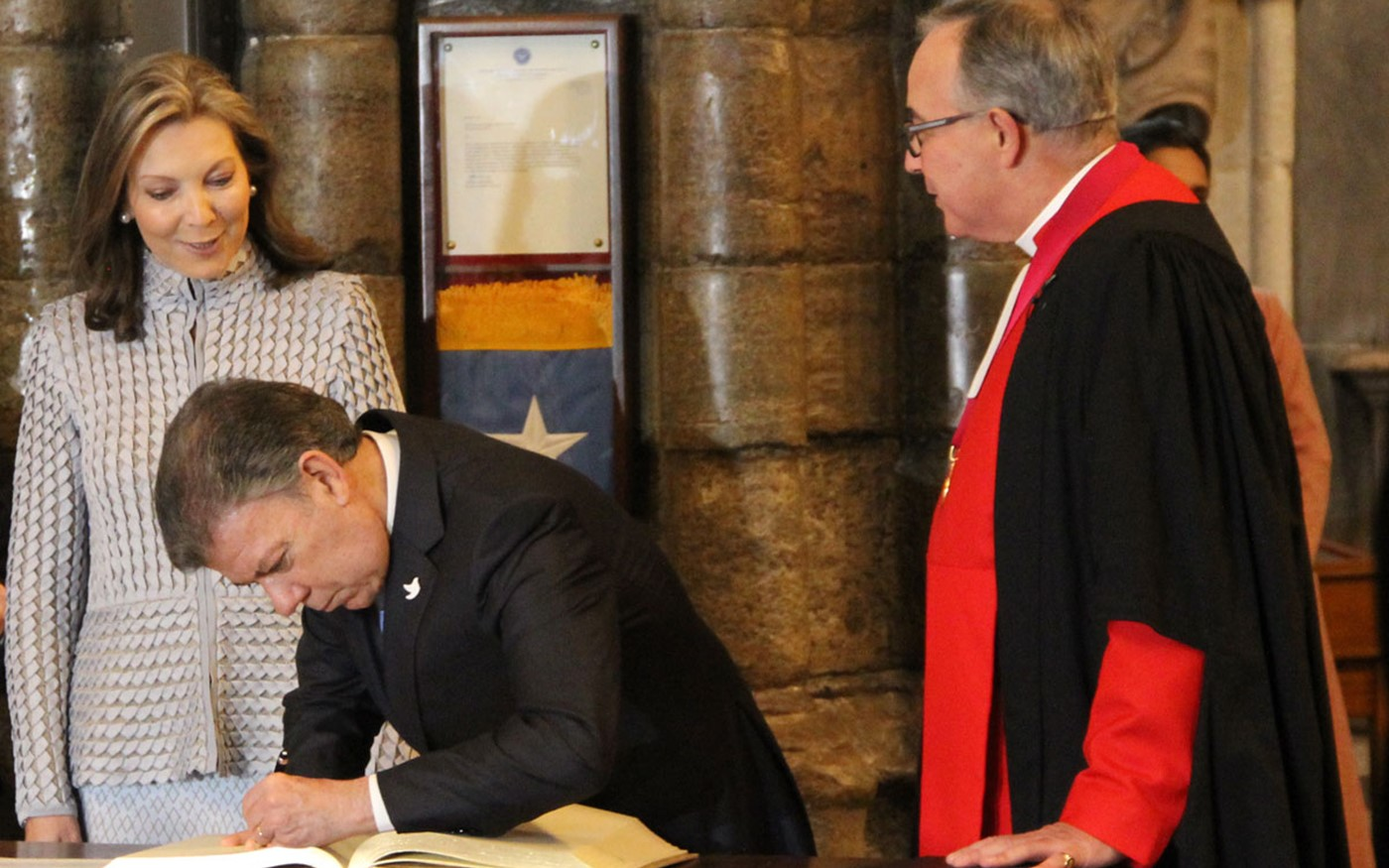 His Excellency Mr Juan Manuel Santos, President of Colombia, signs' the Distinguished Visitors' Book